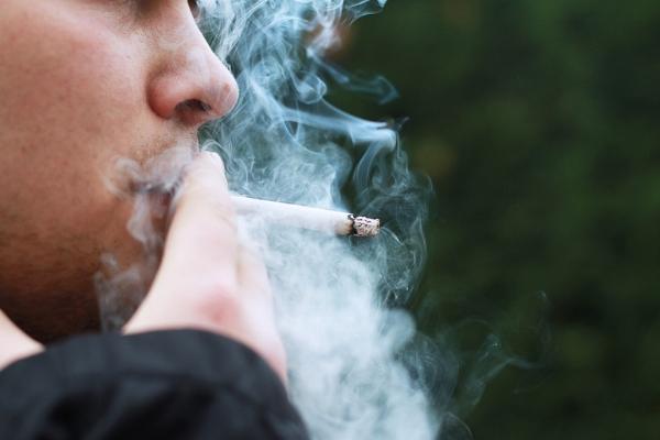 ¿Puedo ponerme implantes dentales si soy fumador?